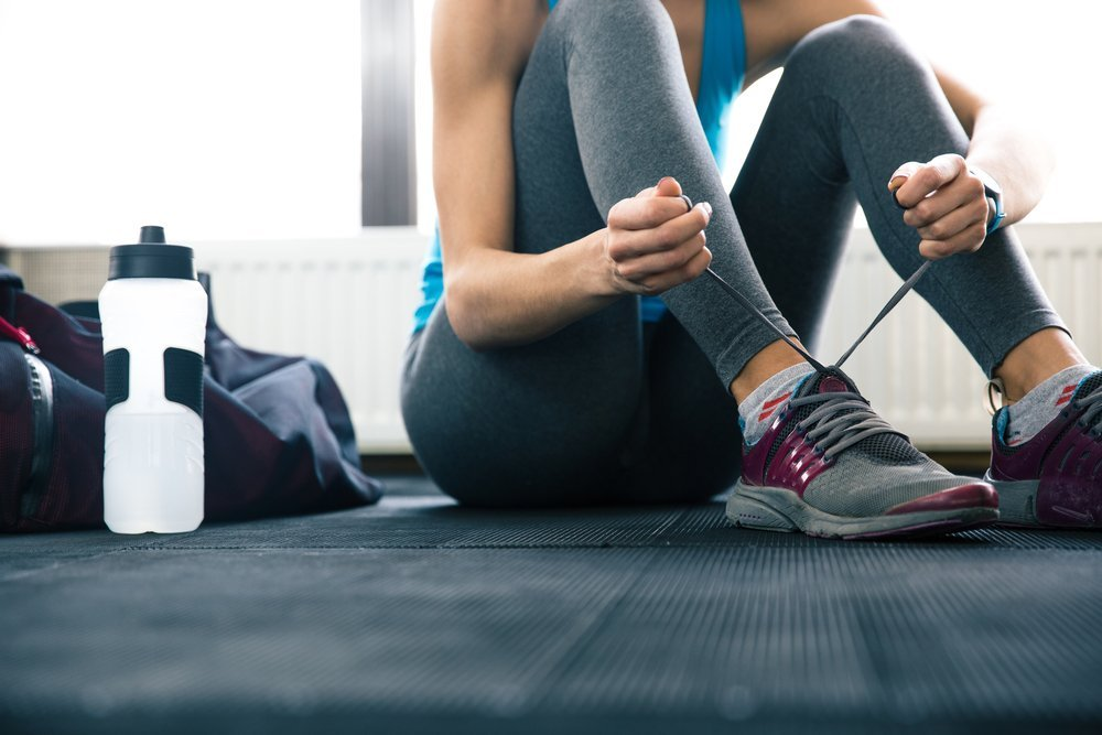 woman gym tying laces